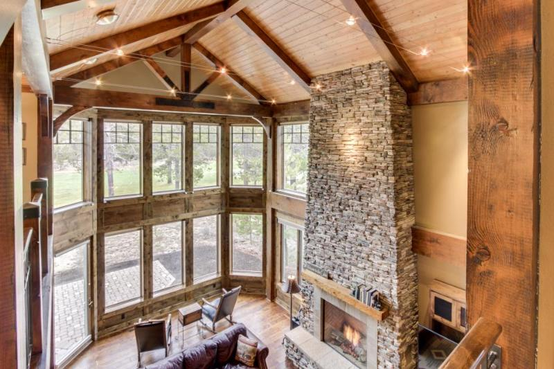 Stunning mountain lodge with private hot tub & SHARC access! - Image 1 - Sunriver - rentals