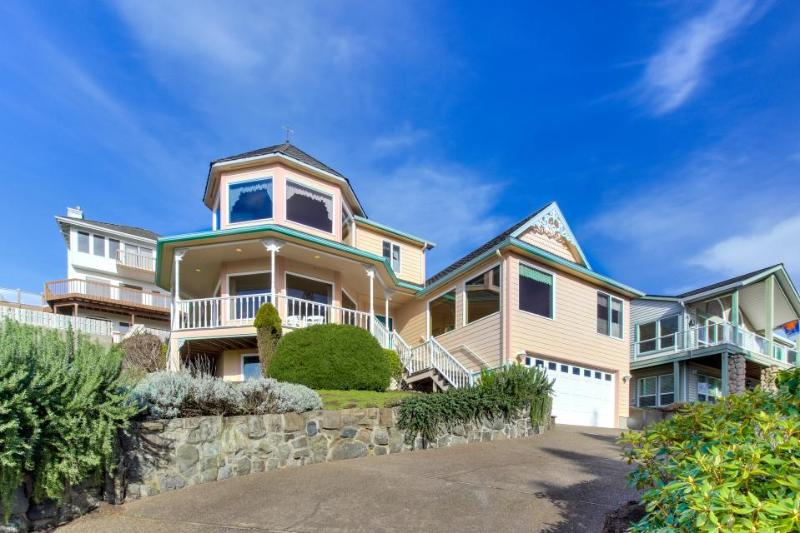 Classic home w/ views, game room, hot tub, and space for 20! - Image 1 - Lincoln City - rentals