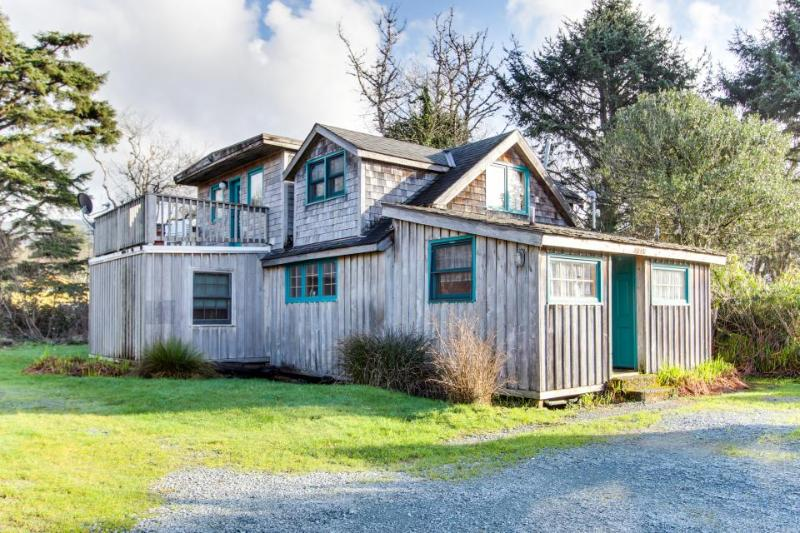 Lovely dog-friendly home with mountain views, close beach access and firepit! - Image 1 - Rockaway Beach - rentals