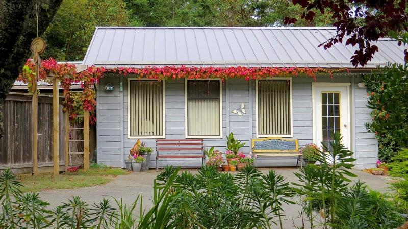 Inviting cottage - Suncrest Cottage B&B, ocean view, quiet retreat - Salt Spring Island - rentals