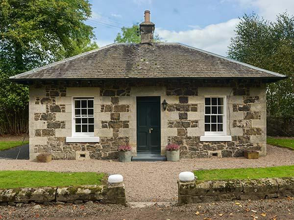 LODGE, detached cottage in castle grounds, woodburning stove, roll-top bath, near Auchtermuchty, Ref 917991 - Image 1 - Auchtermuchty - rentals