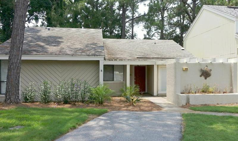 """399 Linkside Dr."" Great Family Vacation, Pull right up to the front door in Golf Cart!! - Image 1 - Miramar Beach - rentals"