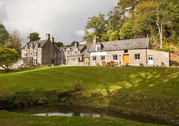 TAN LLAN, stunning Grade II listed retreat in extensive grounds, fire, woodburner, games room, superb en-suites, sought-after accommodation in Llanelltyd, Ref. 921373 - Image 1 - Llanelltyd - rentals