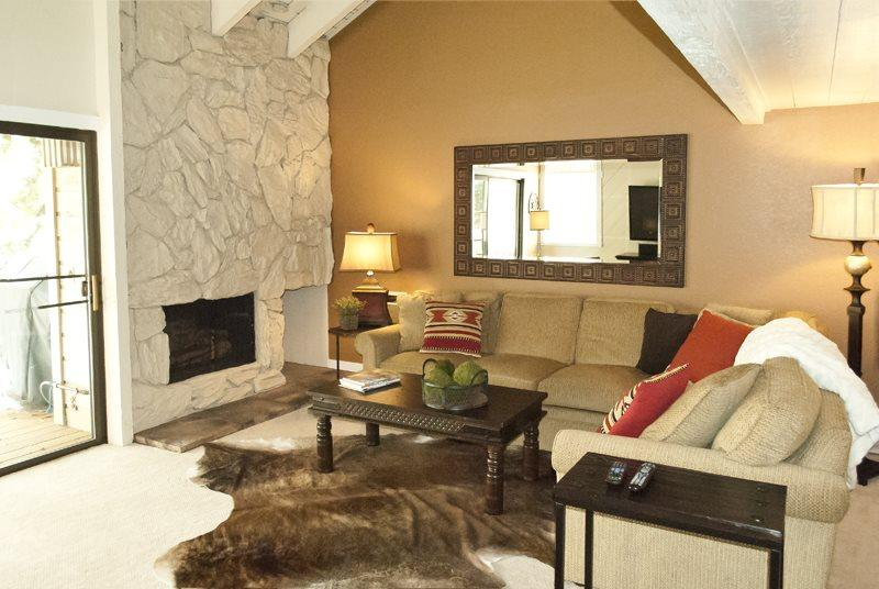 Great living area with gas fireplace access to upper deck with BBQ - Snowcreek #1503, Sun Valley, Great remodeled large condo with its own amenities - Sun Valley - rentals