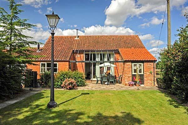 WOODMAN'S BARN, detached, character cottage, en-suite, enclosed garden, shared swimming pool and games room, near Aylsham, Ref 913516 - Image 1 - Aylsham - rentals