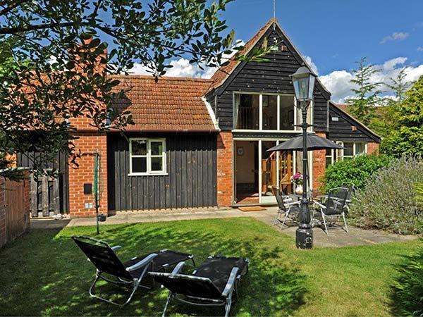 WOODMAN'S COTTAGE, detached, two bedrooms with en-suites, enclosed lawned garden, shared use of indoor heated swimming pool and games room, near Aylsham, Ref 913791 - Image 1 - Aylsham - rentals