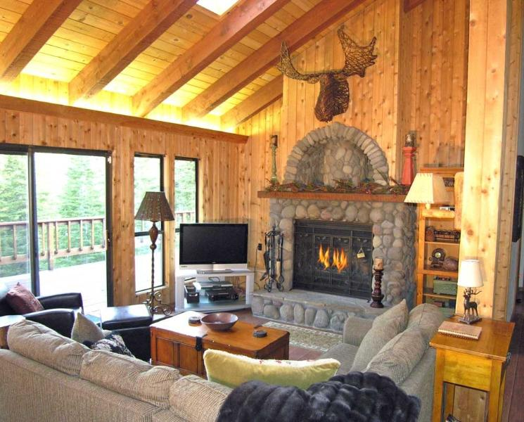 Woodcrest Living Room - Woodcrest Cabin - Hot Tub, Game Room Dog Friendly - Tahoe Vista - rentals