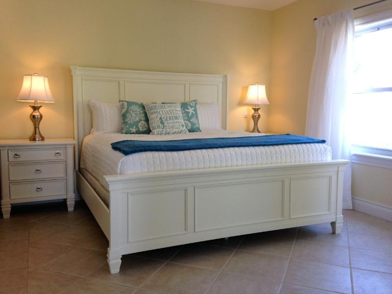 King Bedroom - GARDEN VIEW 1 BR CONDO W/BALCONY -BEACH ACCESS (gg - Providenciales - rentals