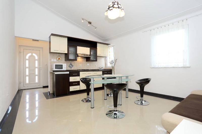 nice & cozzy apartment near see no1,  Karin - Image 1 - Gornji Karin - rentals