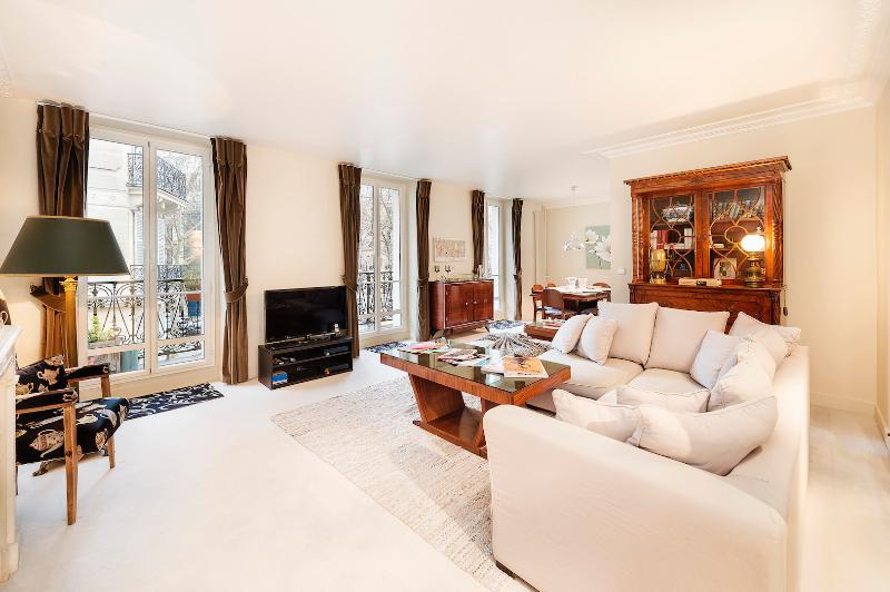 Pet-Friendly 3 Bedroom Apartment - Image 1 - Paris - rentals