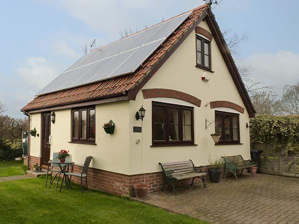 LITTLE WOODCOT, detached cottage near Quantock Hills, good walking base with a beach close by, near Shurton and Bridgwater, Ref 920436 - Image 1 - Holford - rentals