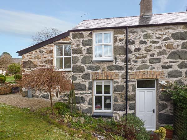 GARDEN COTTAGE, centrally located, WiFi, off road parking, garden, in Criccieth, Ref 920499 - Image 1 - Criccieth - rentals