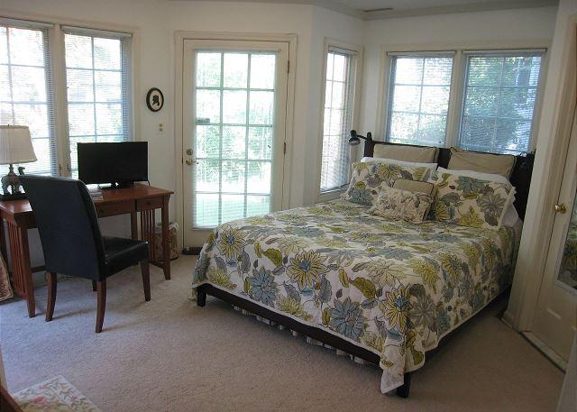 Surrounded by windows facing the garden - Queen bed - Lovely guest suite in a quiet but close-in neighborhood - Washington DC - rentals