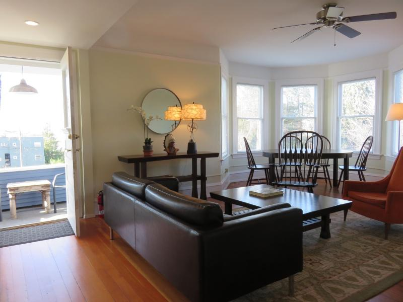 Spacious Living Room with Private Balcony - Turret House (Apt 4) Charming 2BR w/ Balcony - Seattle - rentals