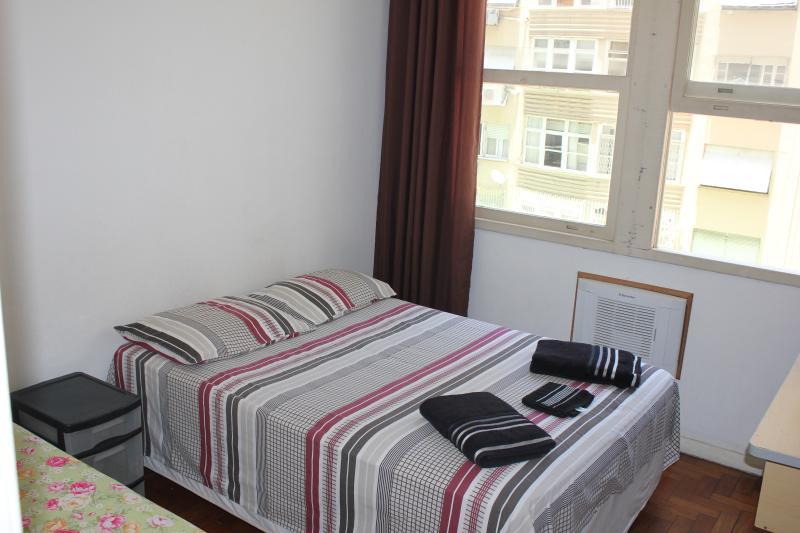 Quarto 3 - 1 cama de casal, 1 cama de solteiro, ar condicionado, ventilador de teto, armario. - 4 Bedrooms Copacabana near Arpoador Beach - Rio de Janeiro - rentals