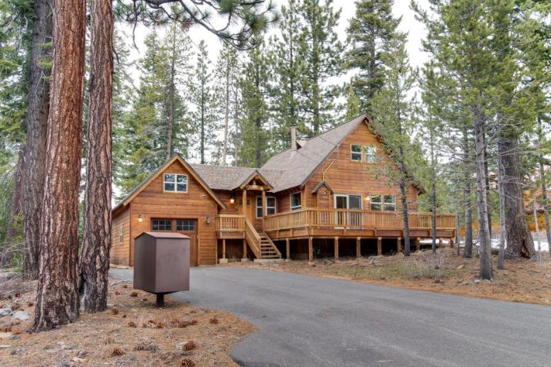 Charming mountain cabin in the pines with hot tub and shared pool access! - Image 1 - Truckee - rentals