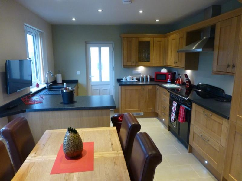 MEADOW CROFT COTTAGE (Hot Tub), Pooley Bridge - Image 1 - Ullswater - rentals