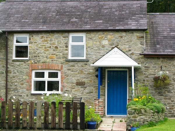 THE HOBBLE, pet-friendly, country holiday cottage, with a garden in Llandysul, Ref. 919294 - Image 1 - New Quay - rentals