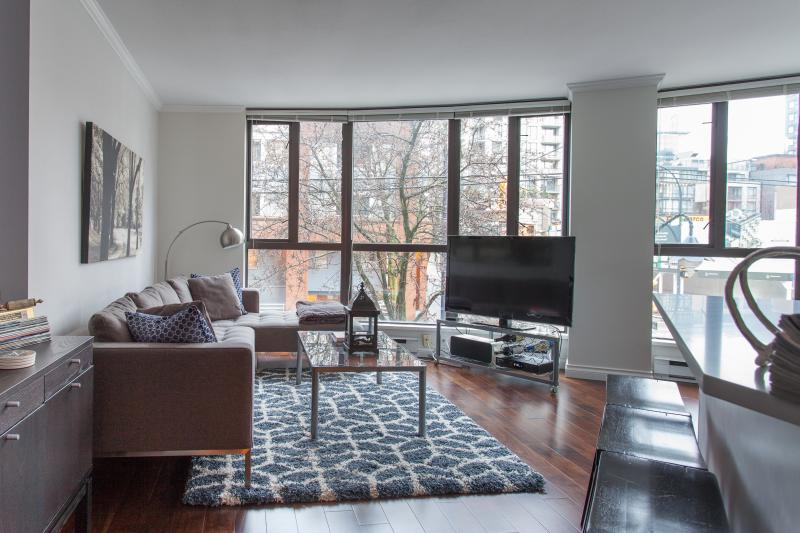 Bright and spacious living space - May and July, 2-bedroom condo in fabulous Yaletown - Vancouver - rentals