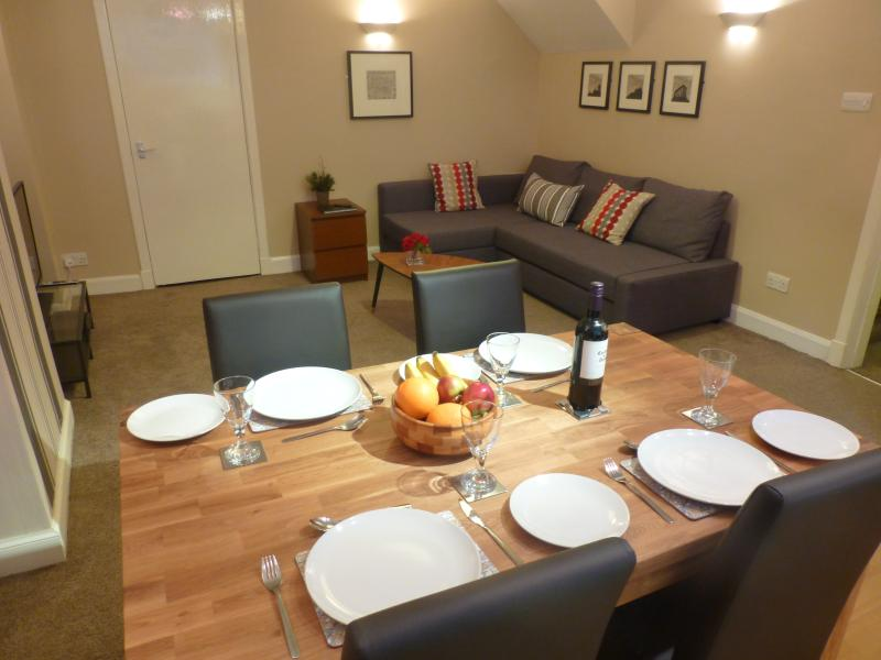 Living room with dining area and kitchen behind - Boyds Entry: Royal Mile, City Centre - Edinburgh - rentals