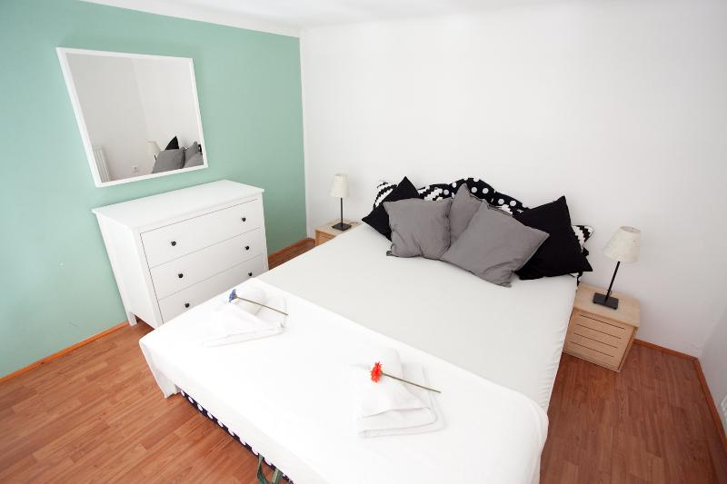 bedroom1 - cozy opera dream 2 apartment from 10 euro ppn - Budapest - rentals