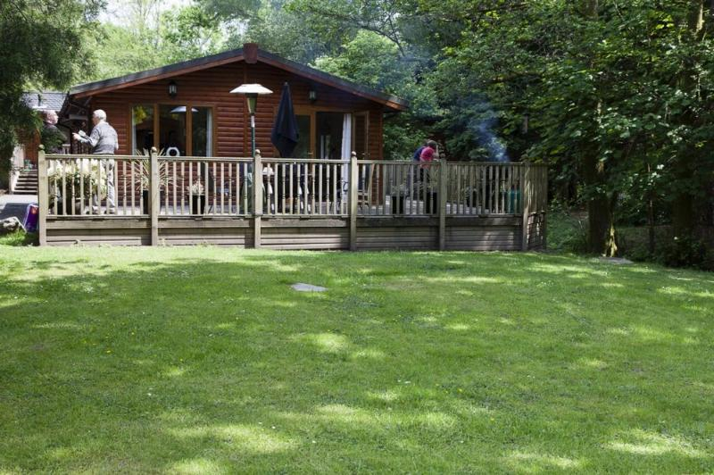 FOOTPRINTS LODGE (Hot Tub) White Cross Bay, Windermere - Image 1 - Bowness & Windermere - rentals