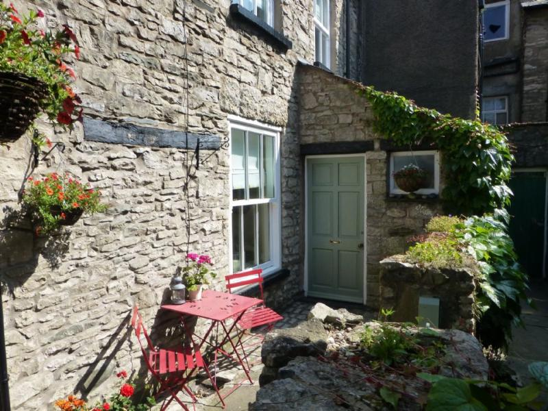 HUMMINGBIRD COTTAGE, Kendal, South Lakes - Image 1 - Kendal - rentals