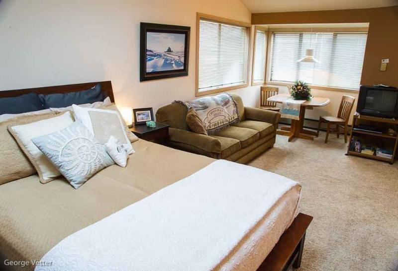 Queen Bed, Queen Sofa Sleeper, Dining, TV/VCR/DVD - Inn at Village Centre - Cannon Beach - rentals