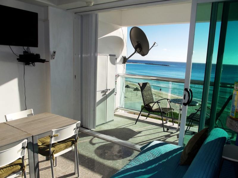 Main room - CLUB ZONE BEACHFRONT CONDO TOP CANCUN LOCATION - Cancun - rentals