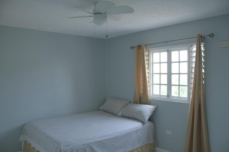 Bedroom queen size bed - Kingston Vacation 1876-873-2143 - Kingston - rentals