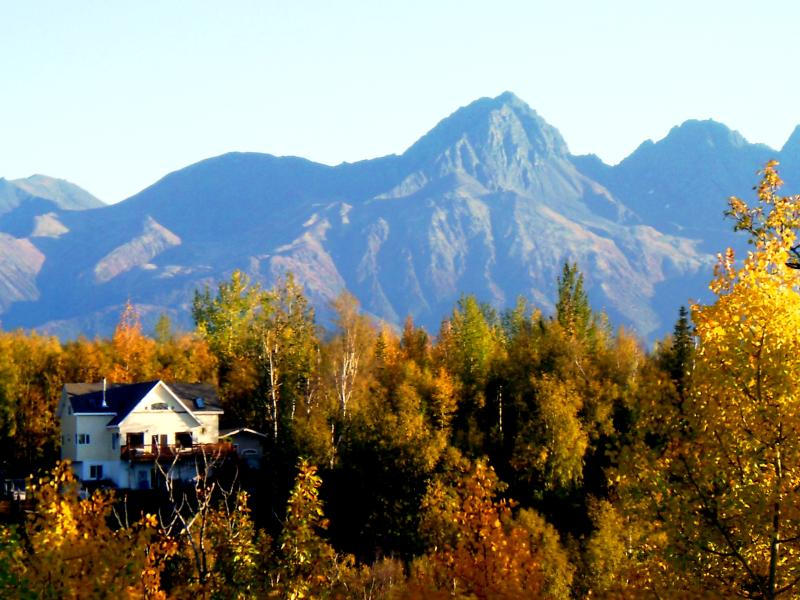 Canoe Lake Chalet Resort encompased by beautifu mountians in the wilds of Alaska - DELUX LAKE FRONT RESORT -DYNAMIC MT. VIEWS- boats, - Palmer - rentals