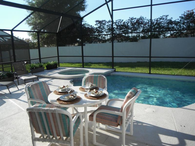 Relax and enjoy a casual meal by the pool on the large, private lanai. - Barefoot BreezeDisney 20min, free pool/spa heat - Davenport - rentals