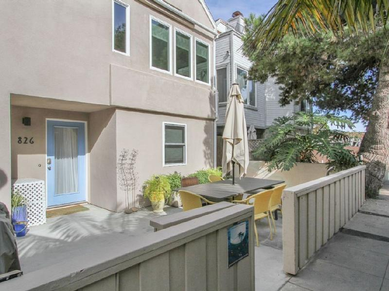 The front of the house has a private patio with nice dining furniture and private bbq. - 826 Salem Court Beach House Mission Beach - Pacific Beach - rentals