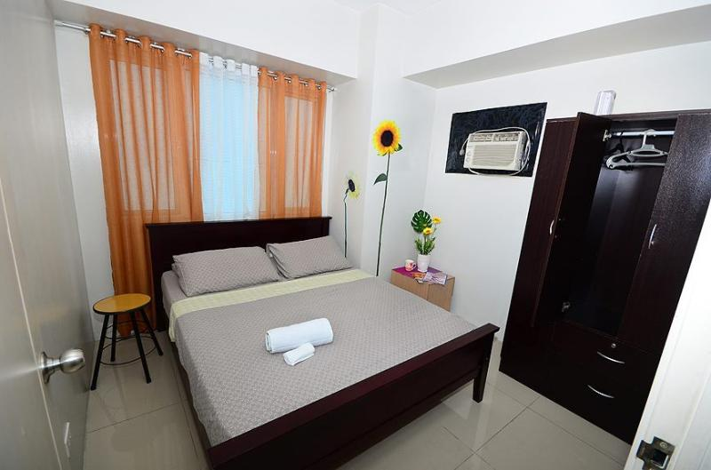 Bedroom 1 (with Queen bed) - Sea Residence 2 BR Suite Across Mall of Asia - Manila - rentals