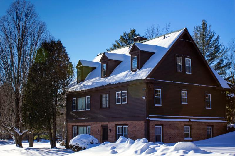 Perfect Reunion House. Sleeps 18 in 8 bedrooms, 5 bathrooms, pool, tennis, piano, views wood fire! - Perfect Reunion House - sleep 18. Privacy, Fireplace, Skiing, Views, Pool,tennis - Manchester - rentals