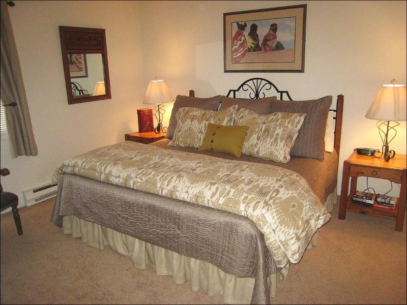 Master Bedroom - Ski-in Location - Shuttle just out front door - Walk to restaurants and shops (2465) - Snowmass Village - rentals