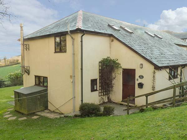CORKY'S COTTAGE, end-terrace, en-suite, woodburner, shared indoor swimming pool and games room, near Bude, Ref 916241 - Image 1 - Bude - rentals