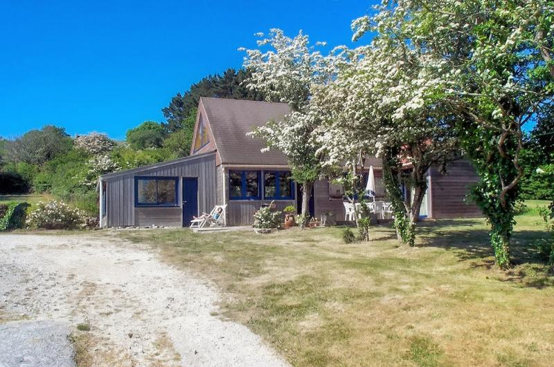 Pretty wooden house on the Crozon peninsula, Brittany, with garden and stunning sea views - sleeps 6 - Image 1 - Crozon - rentals