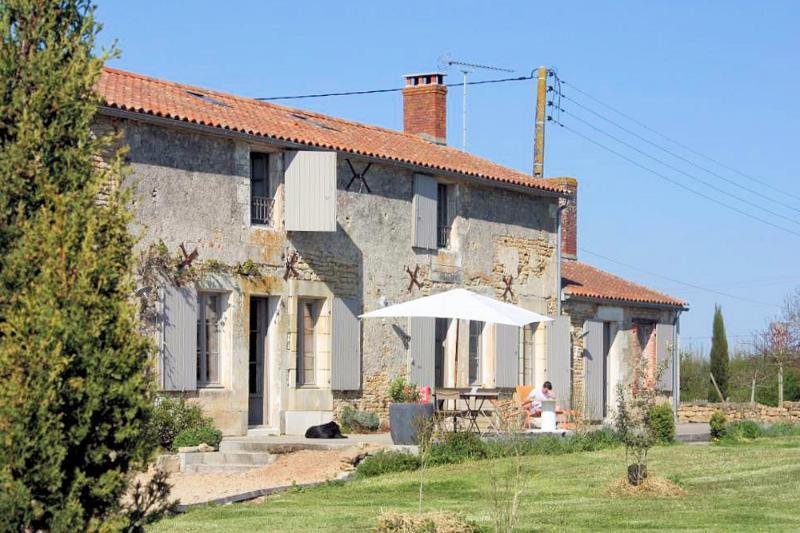 Enchanting Pays de la Loire house with large garden, private pool and tennis court - near the sea! - Image 1 - Saint-Cyr-en-Talmondais - rentals