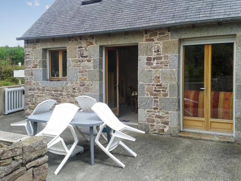Lovely stone house in the Cotes-d'Armor, Brittany, with 1 bedroom, terrace and garden - Image 1 - Plehedel - rentals