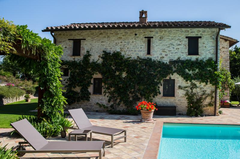 Swimming pool and sunbeds - Villa Capanne - Luxury Umbrian Villa Sleeping 12 - Perugia - rentals