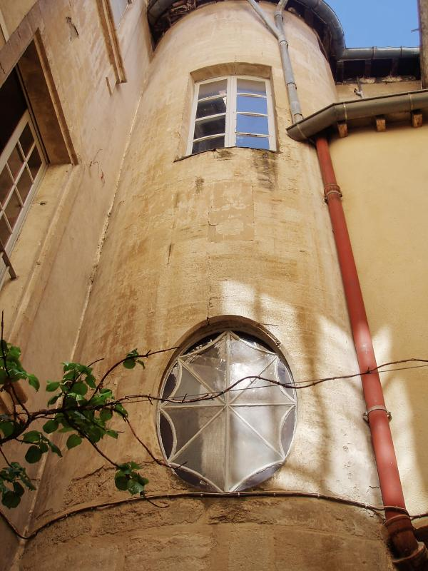 Right in the centre of Avignon, beautiful apartment in a private townhouse with enclosed courtyard - Image 1 - Avignon - rentals
