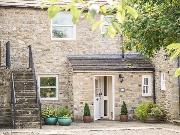 1 MANOR BARN, stone-built barn conversion, woodburner, WiFi, parking, garden, in Carperby, Ref 917882 - Image 1 - Carperby - rentals