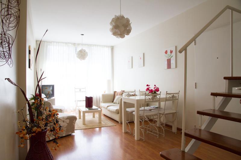 01- Sala de Estar -Vista a la Calle- balcón + Aire Acondicionado - Duplex Beruti -Recoleta - Buenos Aires - rentals