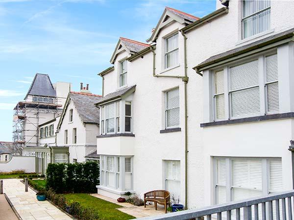 THE MOORINGS, second floor apartment with sea views, Juliet balcony, WiFi, near beach, in Deganwy, Ref 913363 - Image 1 - Deganwy - rentals