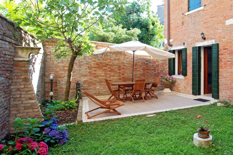 private garden of the Eden apartment with table and chairs and access to the kitchen - Eden - Venice - rentals