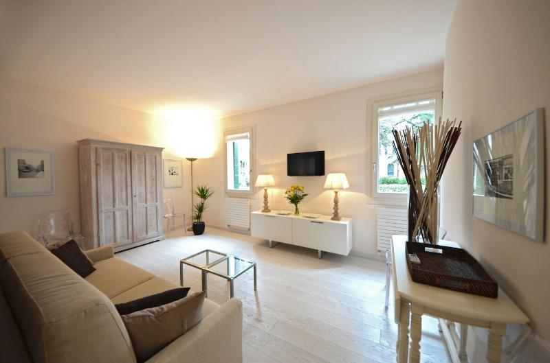 the peaceful living room of the Foscolo apartment with view on gardens - Foscolo - Venice - rentals