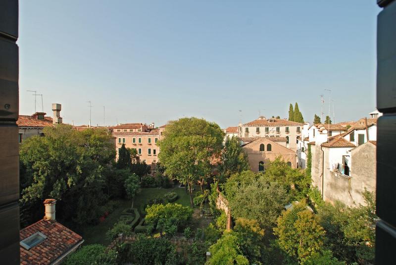 view on gardens from the master bedroom of the Gradenigo apartment - Gradenigo - Venice - rentals