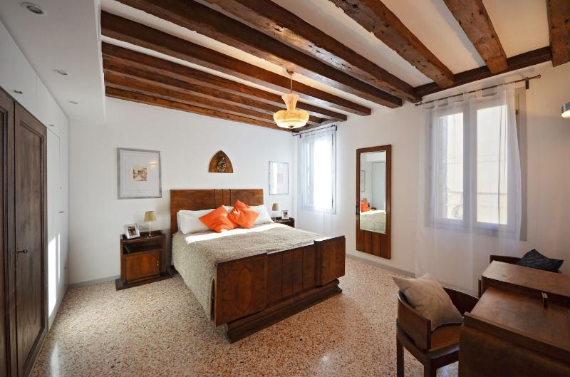 cozy and spacious double bedroom with beamed ceiling - Petrarca - Venice - rentals