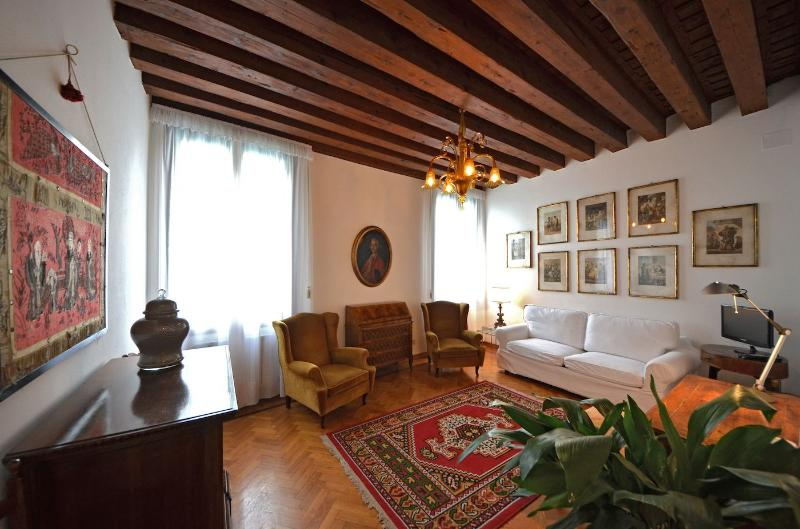 elegant and comfortable living room with double pull-out bed - Rezzonico Suite - Venice - rentals